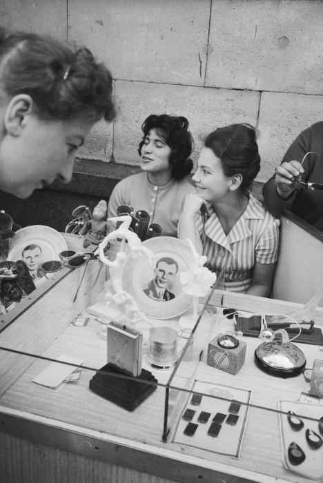 Продажа сувениров с изображением Юрия Алексеевича Гагарина. СССР, Москва, 1961 год.