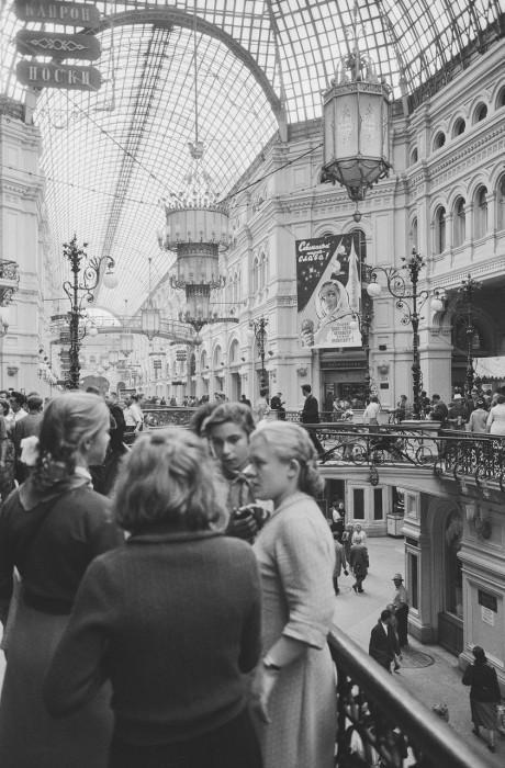 Подростки пришедшие в Государственный универсальный магазин. СССР, Москва, 1961 год.