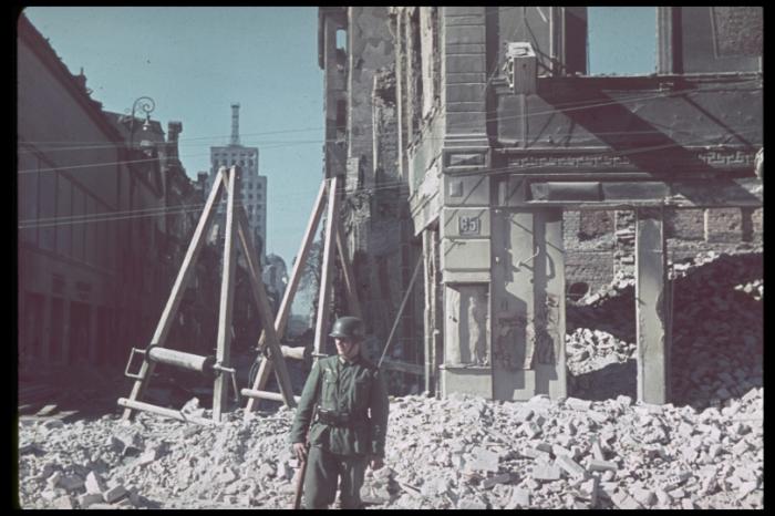 Памятная фотография на фоне разрушенной улицы города. Польша, 1939 год.