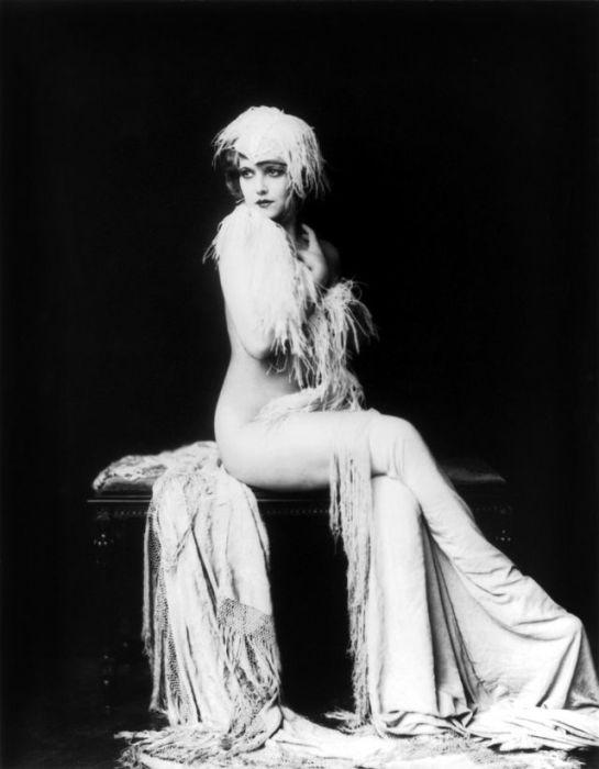 Портретный снимок популярной голливудской актрисы.