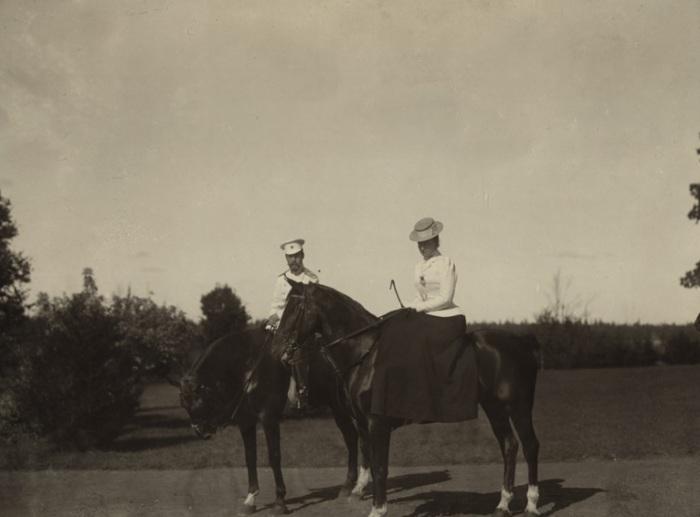 Император Николай II и императрица Александра Федоровна на лошадях в 1900 году.