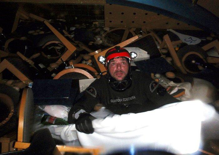 Работа водолазов в затонувшей части круизного лайнера Costa Concordia. 16 января 2012. | Фото: loveopium.ru.
