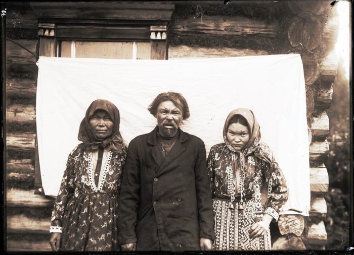 Местные жители возле своего поселения.