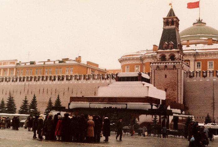Памятник-усыпальница на Красной площади у Кремлёвской стены в Москве.