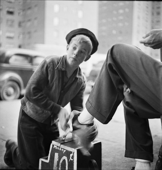 Чистка обуви на улице в середине XX века.