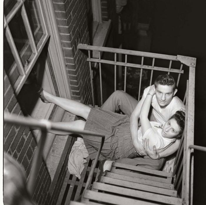 Пара на пожарной лестнице.