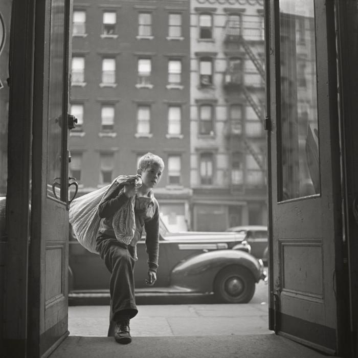 Чистильщик обуви после окончания работы. США, Нью-Йорк, 1947 год.