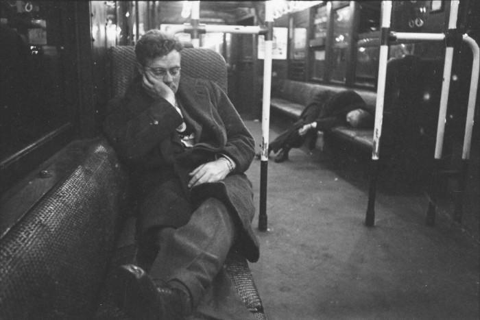 Мужчины, спящие в вагоне метро, 1946 год.