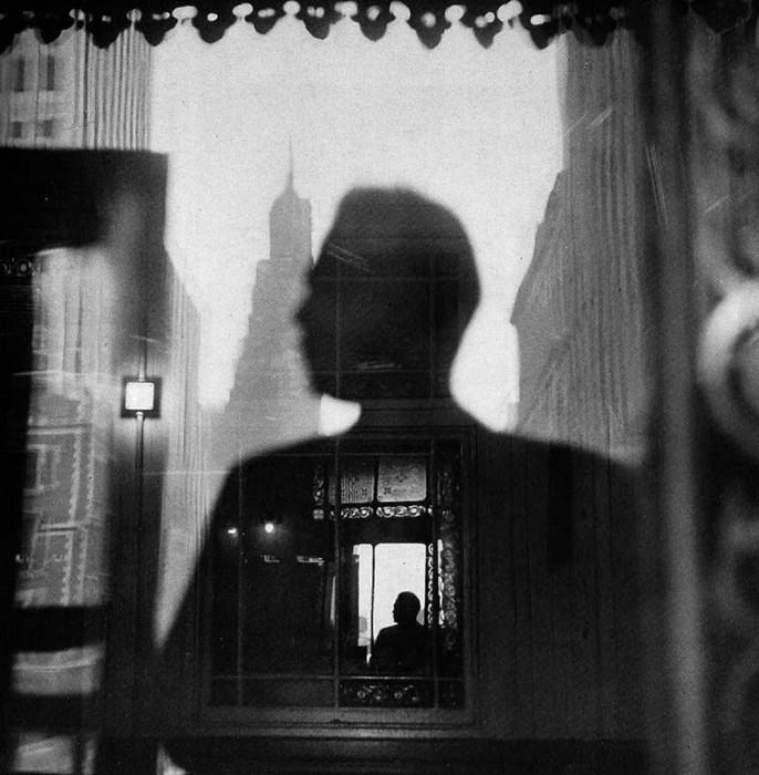 Автопортрет на одной из самых оживлённых деловых улиц центрального Манхэттена в Нью-Йорке, 1946 год.