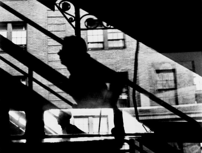 Фотография, сделанная на улице, проходящей в районе Ист-Сайд боро Манхэттен.