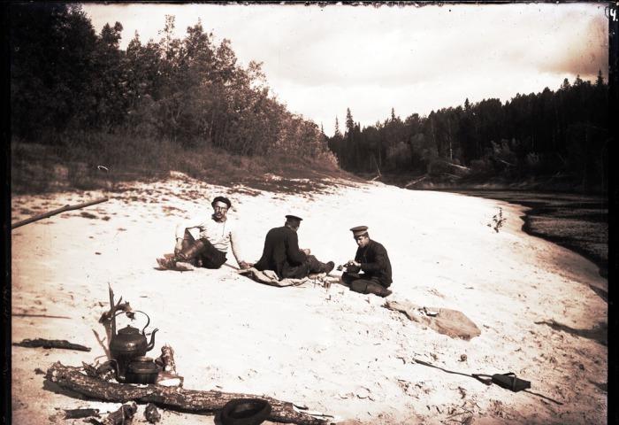 Отдых на берегу реки.