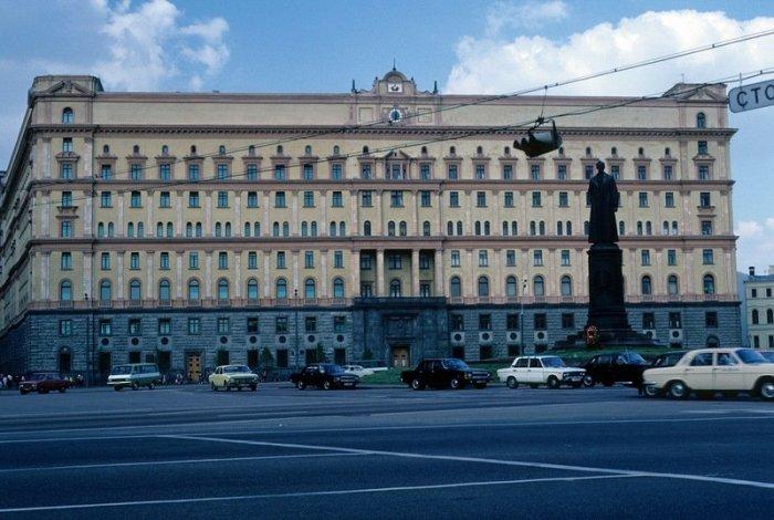 В Москве на площади Дзержинского в 1985 году.