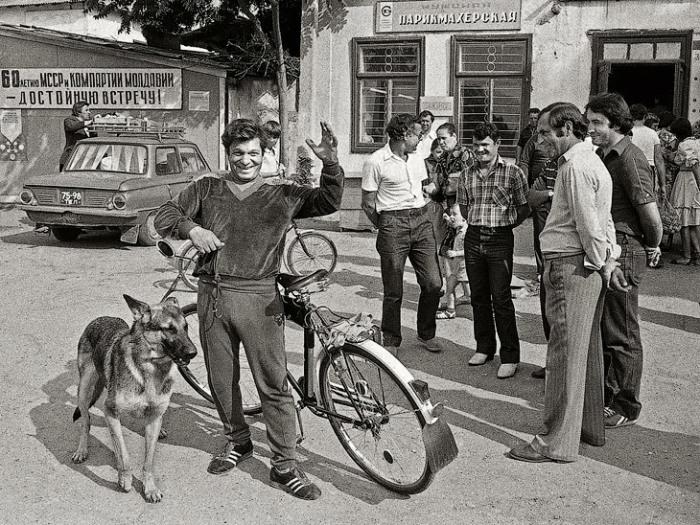 Юноши возле парикмахерской. Автор фотографии: Михаил Блонштейн.