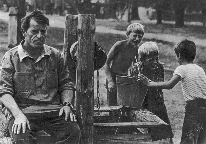 Колодезных дел мастер. Фотограф Игорь Уткин, 1978 год.