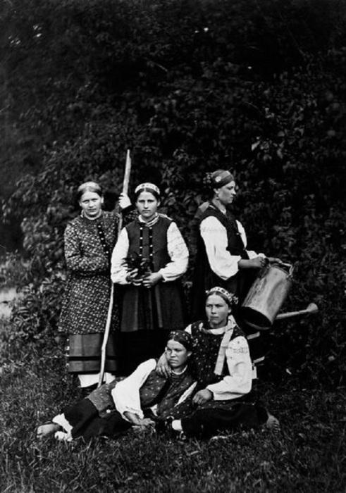 Пять крестьянок в традиционных одеждах. Россия, 1900 годы.