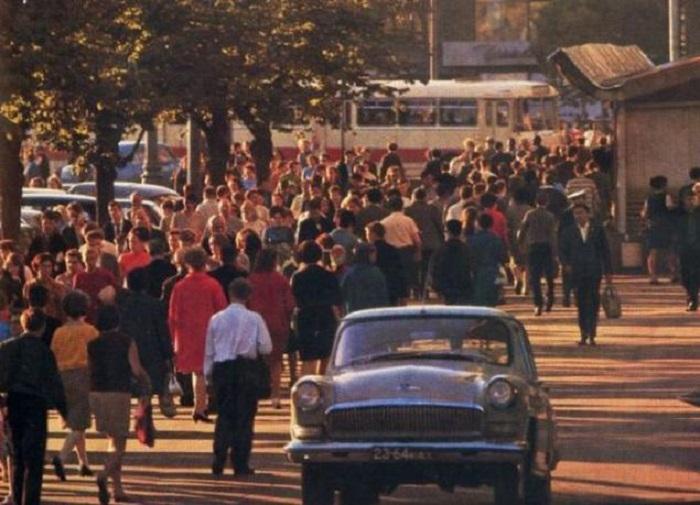Люди, идущие по своим делам в центре города.