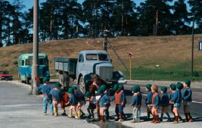 Безопасный переход детей через дорогу.