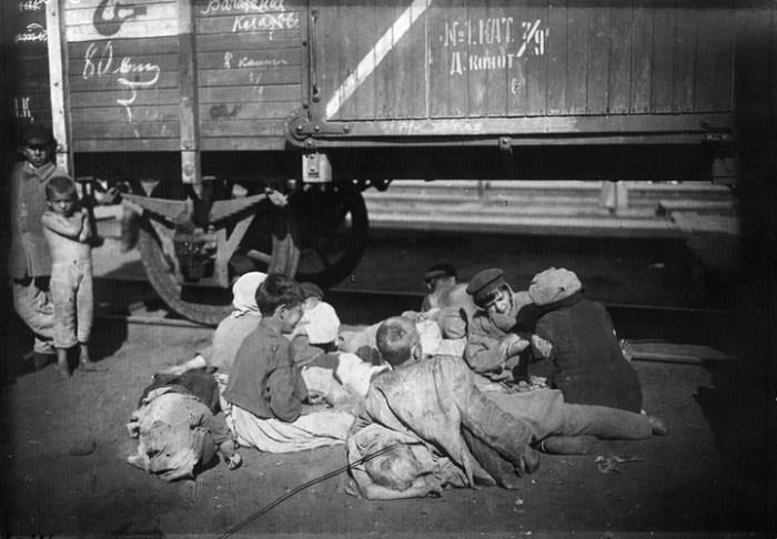 Беспризорники на Николаевском вокзале. Россия, Москва, 1920 год.