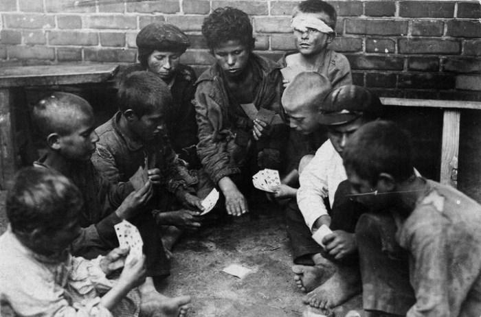 Беспризорники за игрой в карты. СССР, Одесса, 1925 год.