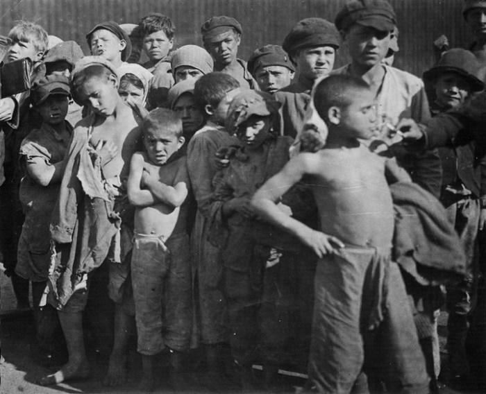 Группа задержанных за разбой беспризорников. СССР, Москва, 1922 год.