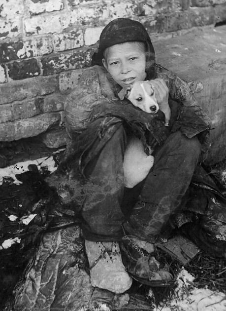 Беспризорник с собакой. СССР, Самара, 1931 год.
