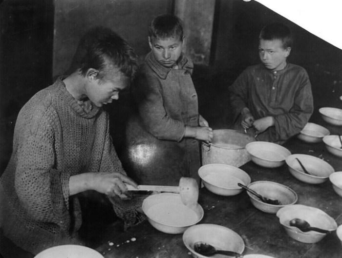 Бесплатная кухня для беспризорников на Смоленском бульваре. СССР, Москва, 1926 год.