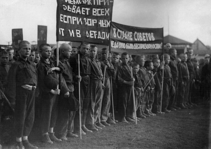 Дети, не имеющие места жительства на параде в 1925 году.