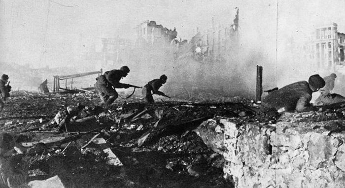 Советские солдаты идут в бой, 1942 год.