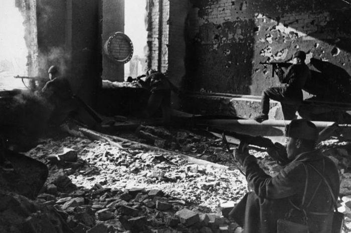 Советские войска, сражающиеся на руинах завода «Красный Октябрь».