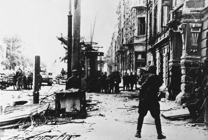 После ожесточенных сражений на одной из улиц Ростова в 1942 году.