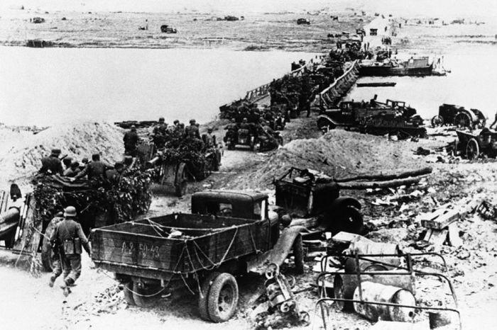 Колонна немецкой техники переправляется через Дон.
