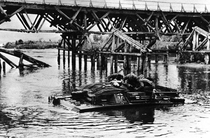 Немецкий танк переезжает через реку в 1942 году.