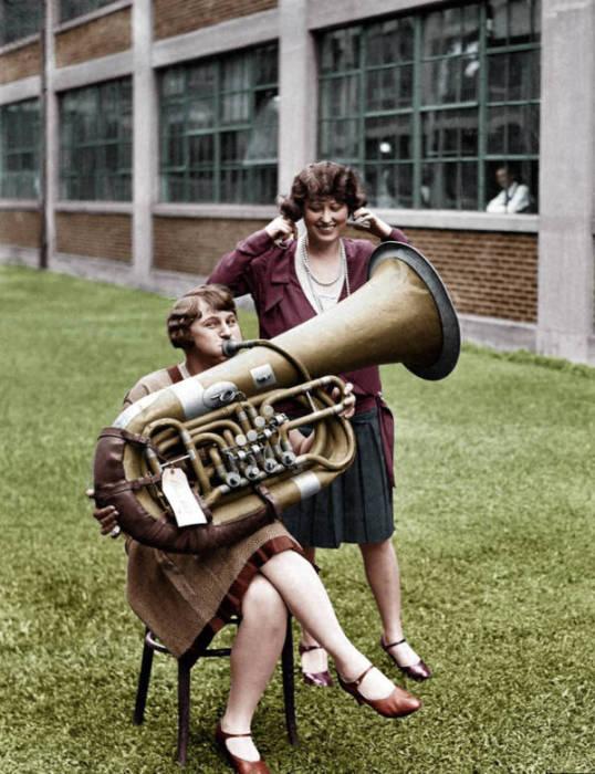 Девушки с медным духовых музыкальным инструментом тенорового регистра. Вашингтон, округ Колумбия, 1928 год.