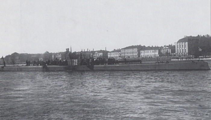Российская подводная лодка типа «Барс» во время празднования Дня Красного Флота. Петроград, 1921 год.