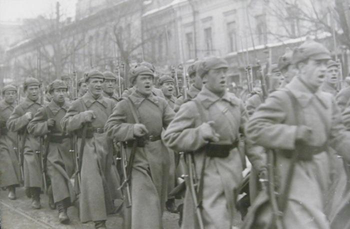 Красноармейцы на военном параде в Киеве, 1930 годы.