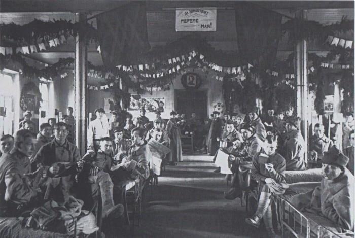 Бойцы в «День Интернационала» в помещении одного из подразделений, 1920-е годы.