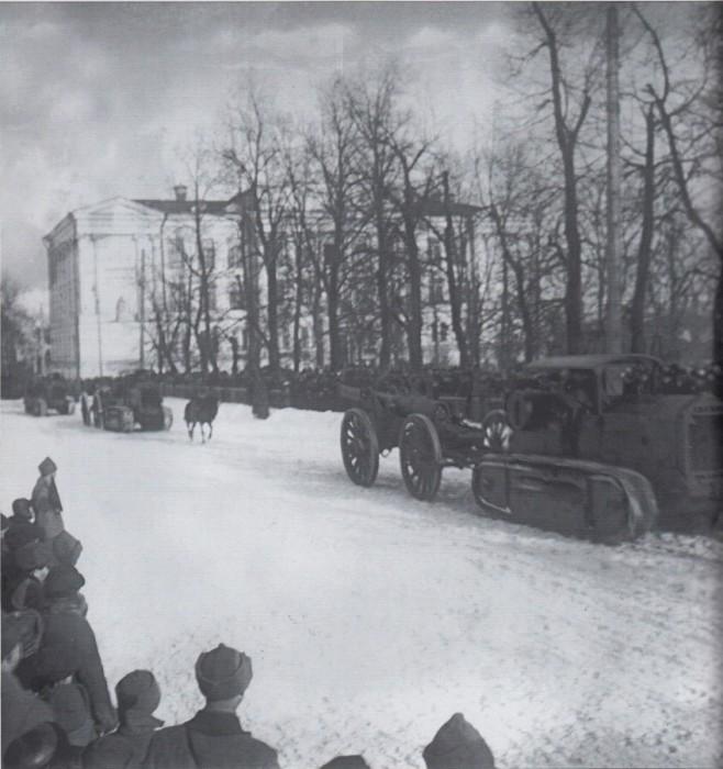 Дальнобойные орудия на параде в день празднования 10-летия Красной Армии, 1928 год.