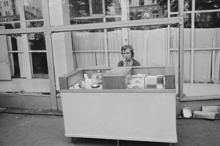 Уличная торговля сувенирами на Сокольнической площади. СССР, Москва, 1961 год.