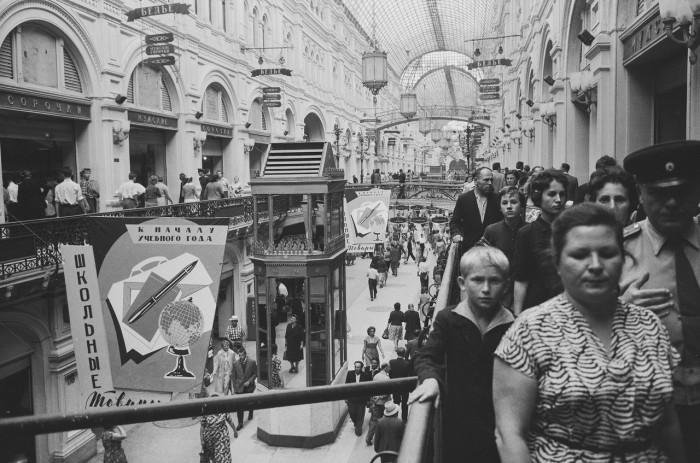 Толпы людей в Государственном универсальном магазине. СССР, Москва, 1961 год.