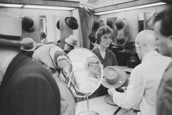 Торговля фирменными шляпами в Государственном универсальном магазине. СССР, Москва, 1961 год.
