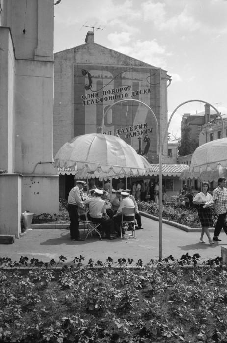Солдаты и офицеры, отдыхающие в кафе под открытым небом. СССР, Москва, 1961 год.