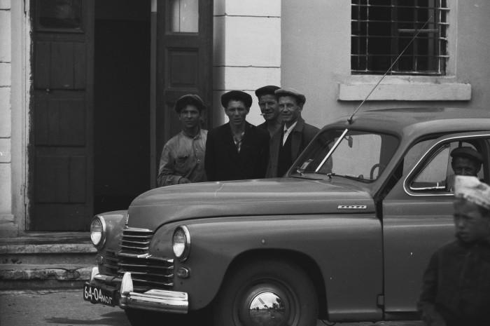 Рабочие возле нового автомобиля коллеги по цеху. СССР, Москва, 1961 год.