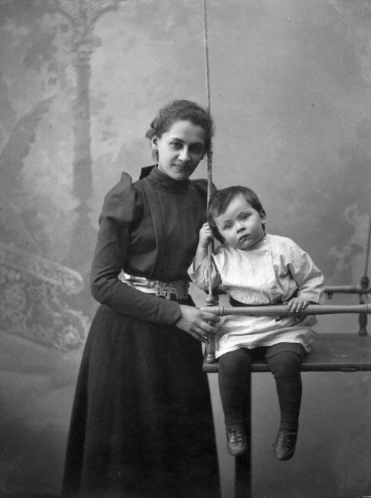 Первая жена Максима Горького Екатерина Павловна Пешкова с сыном.