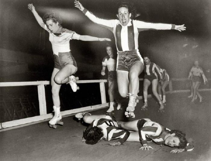 Конькобежцы на роликовых коньках.
