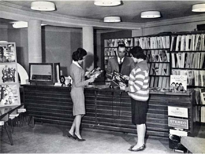 Две девушки в публичной библиотеке. Афганистан, 1950-й год.