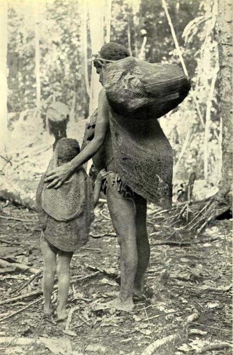 Сетчатые мешки женщина носит на лбу, в верхней сумке урожай, а в нижней – младенец.