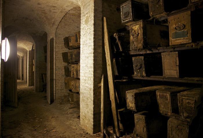 Гробы в катакомбах на кладбище Западного Норвуда, Лондон.