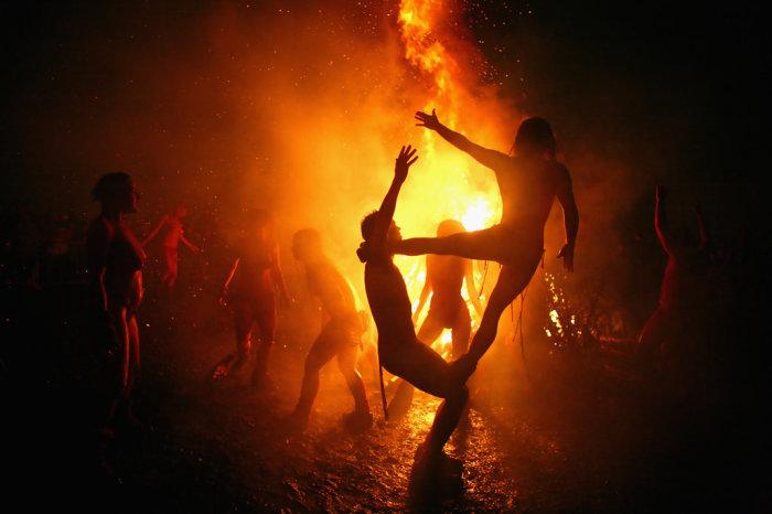 Выступление акробатов у костра. Фото: zimbio.com.