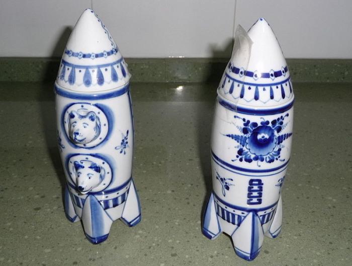 Белка и Стрелка выглядывают из иллюминаторов ракеты. Керамический кувшин, Гжель.