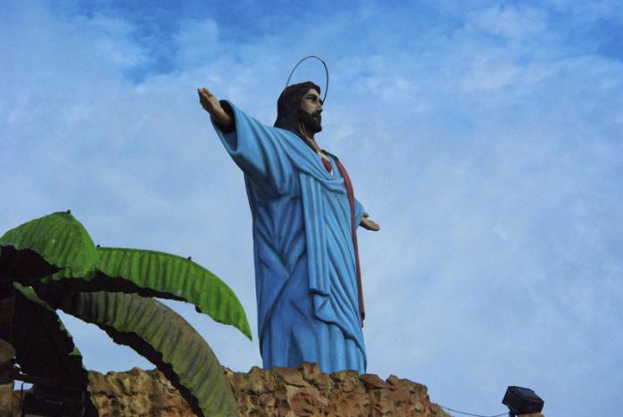 Статуя Иисуса над местной Голгофой.